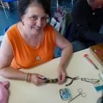 Elisabeth qui répare les bijoux et objets en bois